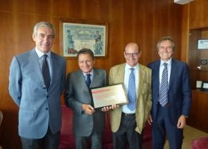 La consegna della targa: da sinistra Luigi Seregni, i fratelli Contegiacomo, Sandro Gubinelli