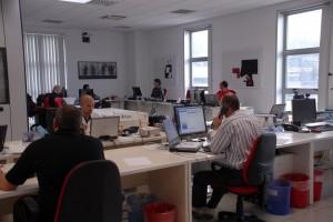 Tecnici informatici al lavoro in un ambiente accogliente