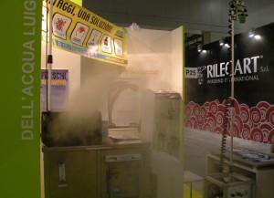 In mancanza di macchine, illustriamo il sistema di Nebbiasecca, per condizionare le sale stampa senza umidità. Sullo sfondo Rilecart che fornisce accessori per la legatura