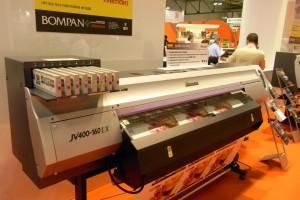 La nuova JV400 di Mimaki con inchiostro latex bianco coprente su supporto adesivo multipolimero esente da PVC