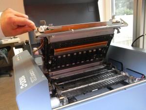 La macchina aperta per mostrare i 76000 ugelli inkjet