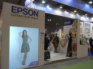 Uno stand a Viscom 2013 evidenziava la stampa tessile per l'alta moda