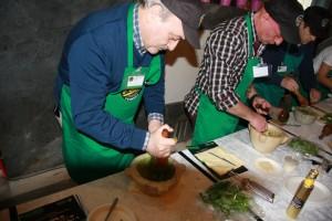 Roberto Mercati durante la preparazione del pesto