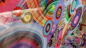 Molti tessuti si realizzano in collaborazione con giovani stilisti