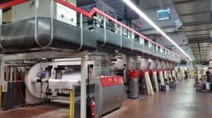 Oggi la leggerissima carta transfer è stampata in bobine su questa macchina rotocalco 11 colori di Cerutti