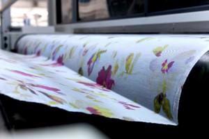 Nel laboratorio Reggiani si stampano tessuti per mettere a punto e collaudare le macchine prodotte