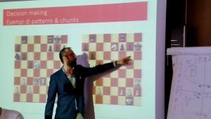 Il GM Roberto Mogranzini   illustra il procedimento di problem solving