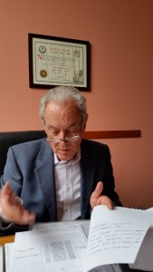 Il dott Carlo Tommasi con i primi documenti del'azienda di famiglia