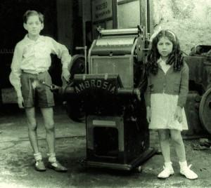 Il piccolo Ambrogio con la sorella Renata davanti alla prima genovesissima Ambrosia (Armus)