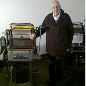 Genova 2012. Ambrogio Cavalleri in visita all'Archivio Museo della Stampa di Genova, davanti alla sua Ambrosia (foto Armus)