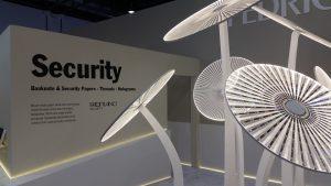 Ologrammi per la stampa di sicurezza in una elegante presentazione allo stand Fegrigoni