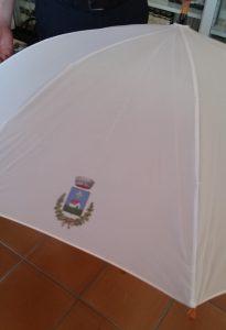 Il logo del Comune di Camerano stampato si un ombrello