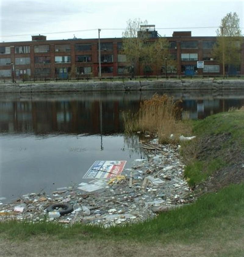 Inquinamento da plastica in un canale